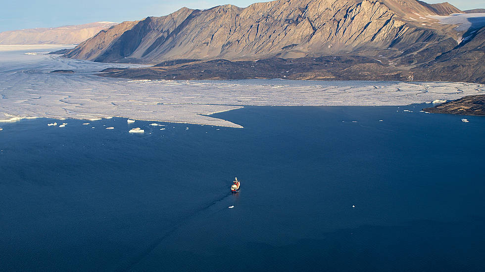 In uncharted territory: No other research vessel has made it to this point so far - the German polar research vessel Polarstern in front of the floating ice tongue of the 79° North Glacier, Greenland.