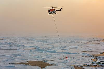 Helicopter EM sensor measuring sea ice thickness