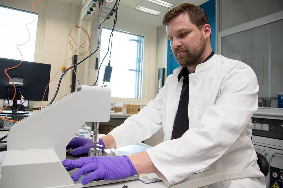 Torben Gentz is operating the graphit target press of the new C14 mass spectrometer