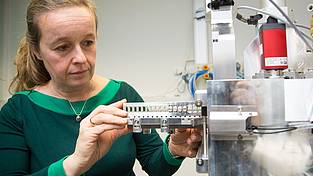 Gesine Mollenhauer is inserting a sample magazine into the new C14 mass spectrometer