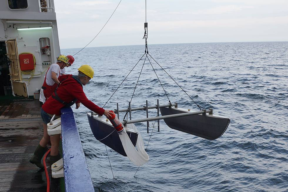 Deployment of a catamaran, whose net takes plankton samples from the water surface. Afterwards these plankton samples are checked for micro plastic particles.