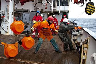Deploying and retrieving the moorings involves  hard physical work, and is done as a team on board the Polarstern. Here, the researchers and ship's crew work hand in hand.