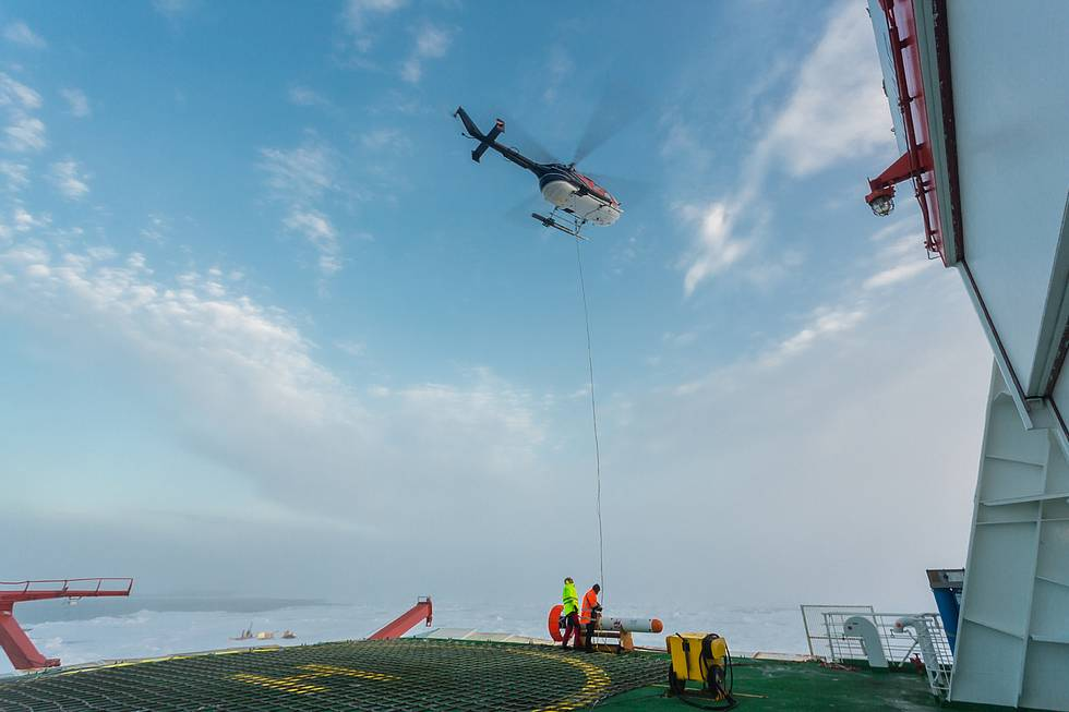 A Polarstern helicopter is taking off for the measurement of sea-ice thickness.