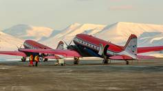 Photographers rarely get the chance to take a photo of both AWI research aircraft, because most of the time Polar 5 and 6 fly on different missions. However, in spring 2015 the aircraft met in the Arctic to jointly work in the NETCARE campaign.