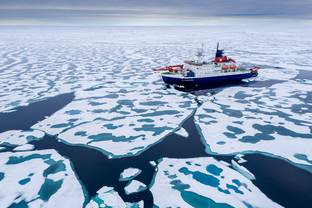 Heading for the new MOSAiC ice floe, Polarstern takes the shortest way to the area of interest: via the North Pole.