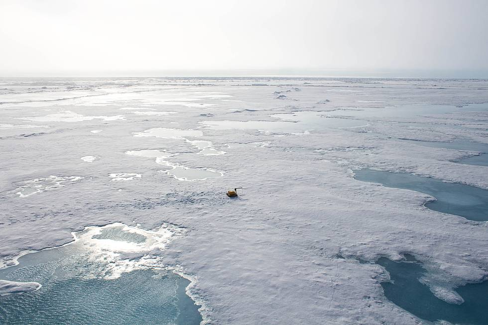 AWI sea-ice physicists have installed a sea-ice buoy on an ice floe in the Arctic Fram Strait. This device  measures the ice's temperature and collects information about its melting. All data is send to the AWI Bremerhaven via satellite.