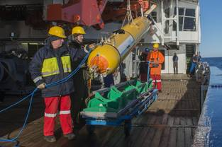 AUV deployment from Polarstern in Arctic Ocean. August 27, 2017, Arctic Ocean. Photo: Alfred Wegener Institute / Esther Horvath