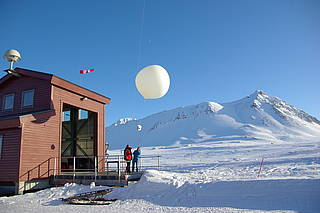 Launch of an ozonesonde at the AWIPEV research base on Svalbard. (Photo: Jürgen Graeser)
