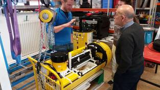 Dr. Thorben Wulff presenting the AUV to Dr. Mentaberry