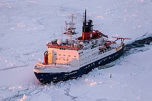 "Research vessel ""Polarstern"" in the ice sea (copyright Alfred-Wegener-Institut/Mario Hoppmann)"