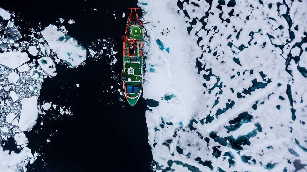 Luftbild on POLARSTERN waehrend einer Eisstation mit Arbeiten auf der Eisscholle.