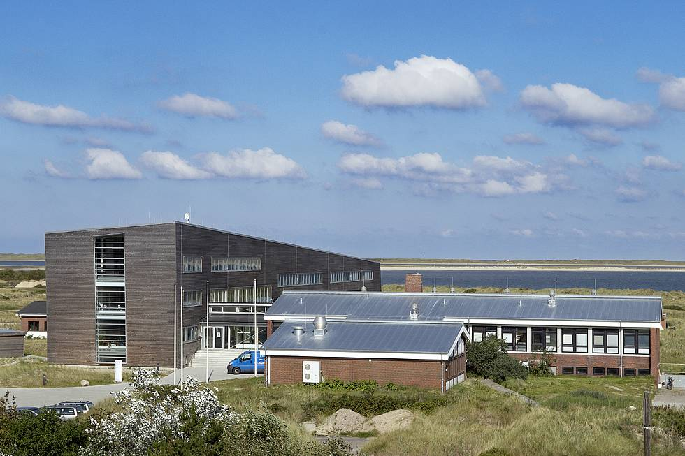 AWI Sylt: View onto the main entrance between the new and the old building