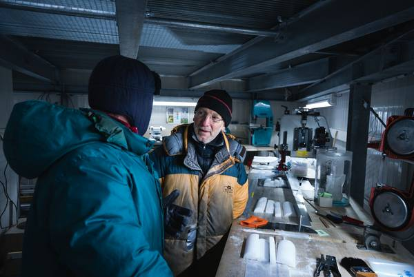 AWI glaciologists Sepp Kipfstuhl and Mark Curran discuss how to proceed further in the AWI ice lab.